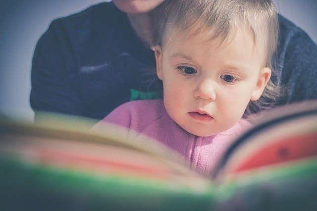 manfaat mengenalkan buku pada anak